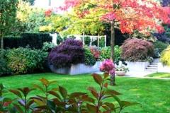 Wohngarten mit hochwertigen Materialien (chinesischer Granit), Brunnen und Gehölzen